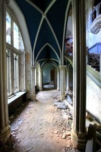 Det är en viss skillnad på hur det såg ut när Chateau Miranda var i drift och hur det ser ut nu, åratal efter att sista gästen lämnat platsen.