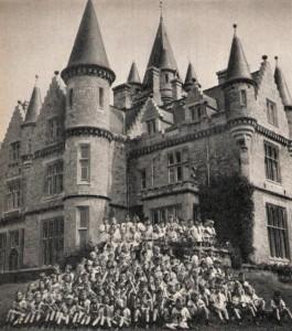 Gruppfoto på baksidan.