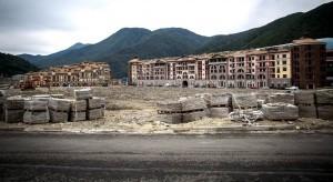 En samling hotell som aldrig hann färdigställas utan lämnades vind för våg.