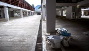 Parkeringshusen ekar tomt och verkar istället användas som temporär lagringsplats för.. toalettstolar?