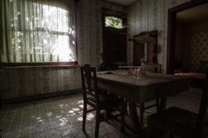 Vidvinkelvy av köket, mörkare bild