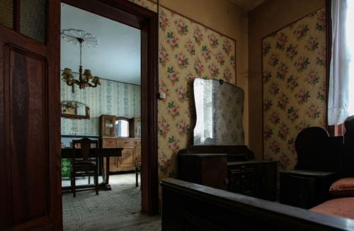 Vyn från nedervåningens sovrum mot köket.. tapeterna! :D