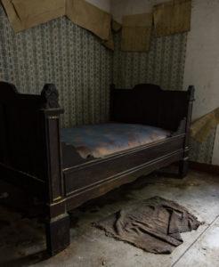 Ett stycke enklare säng.. kanske en barnsäng?