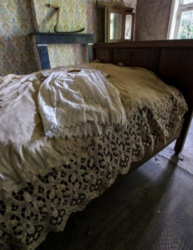 Ett av husets större sovrum med nattlinnet framlagt på sängen